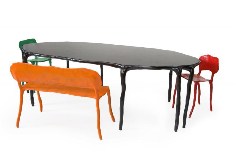 Sillas y mesa de la colección Clayclass=