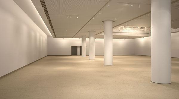 sala de exposiciones de la alhondiga interior en bilbao rehabilitacion de philippe starck