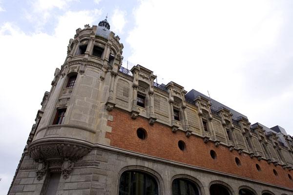 fachada alhondiga en bilbao rehabilitacion de philippe starck