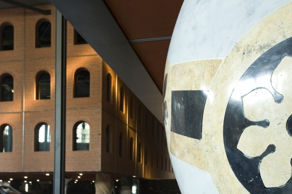alhondiga interior en bilbao rehabilitacion de philippe starck columnas