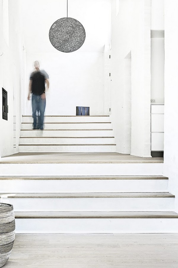 Casa de norm architects r stica por fuera minimalista for Escaleras por fuera de la casa