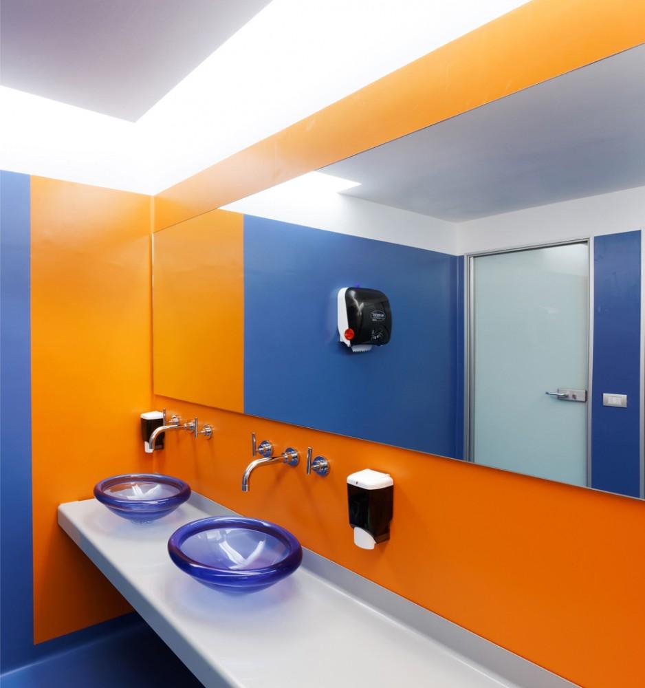 Oficinas de google en mil n de los arquitectos albera for Google bathroom ideas