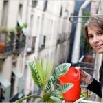 Petz Scholtus en el balcón de su apartamento del s. XVIII, rehabilitado de forma totalmente sostenible. Fotografía de Stefano Buonamici para The New York Times