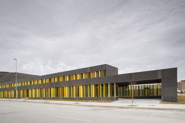 Escuela dise ada por javier larraz en pamplona for Edificios educativos arquitectura