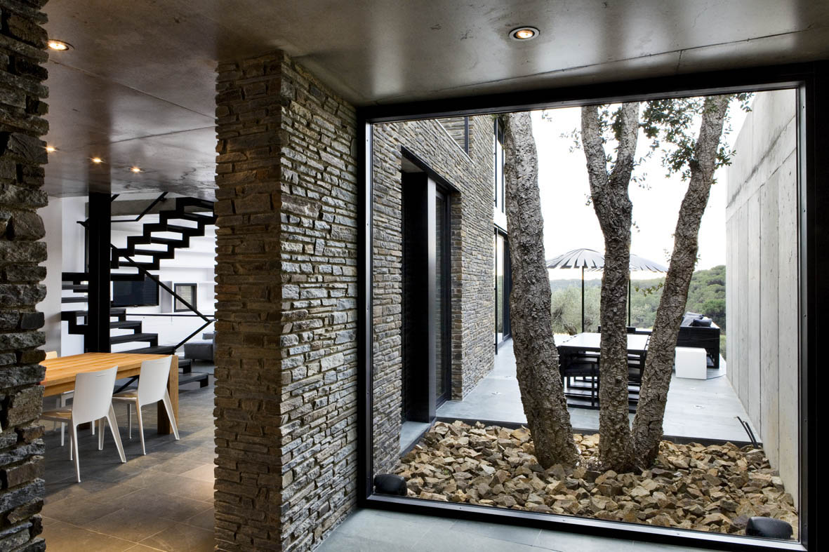 Casa en mont r s girona una mas a moderna para el - Paredes modernas para interiores ...