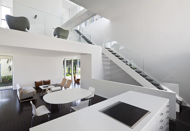 Residencia kensington una casa llena de luz por david for Casas estilo minimalista interiores