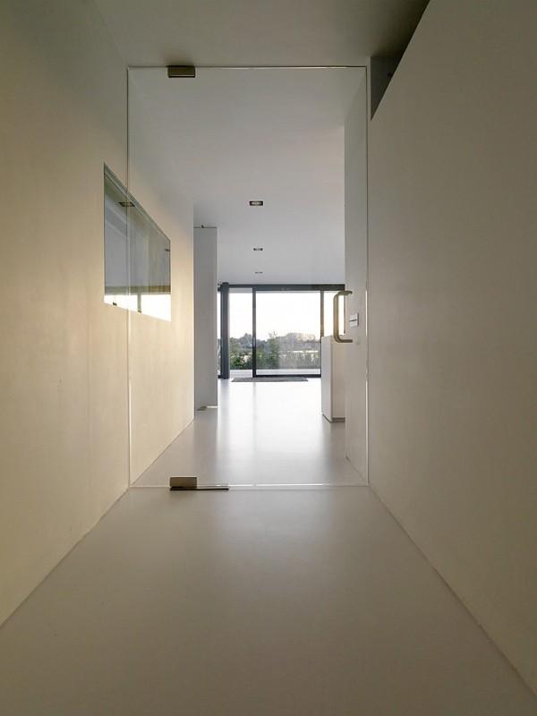 Una casa para vivir y trabajar del estudio grosfeld van - Cortinas para pasillos ...