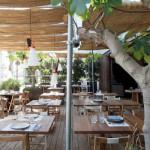 El chiringuito Pez Vela, se ha situado en la zona playera más cool de la ciudad condal: junto al Hotel W Barcelona, con vistas únicas a la bahía y al skyline de ciudad