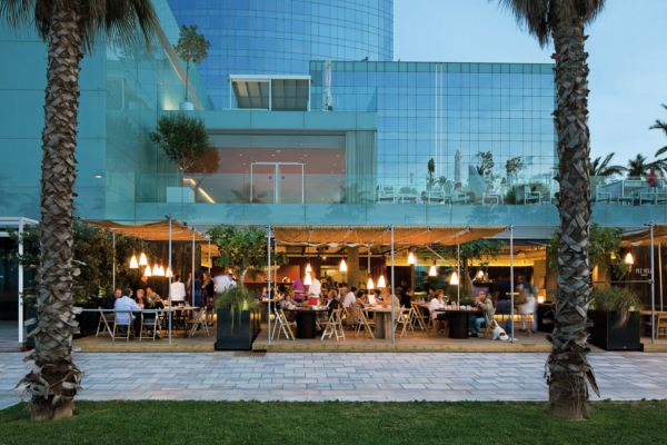 chiringuito pez vela en barcelona junto hotel W diariodesign