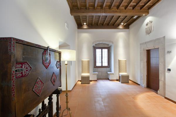 Renovaci n en el parador de c ceres un palacio para - Lamparas para techos bajos ...