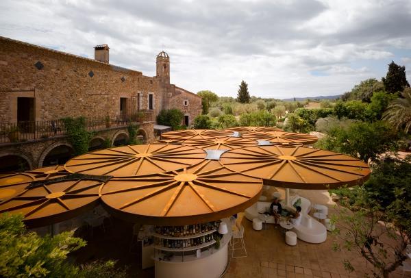 Parasoles oxidados brotan en la terraza del hotel for Parasoles arquitectura