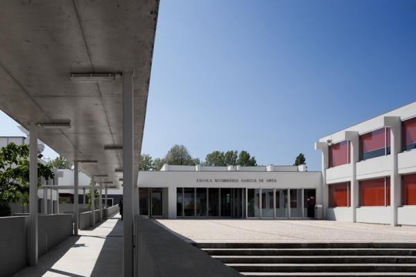 Escuela secundaria garc a d orta en oporto una lecci n de for Edificios educativos arquitectura