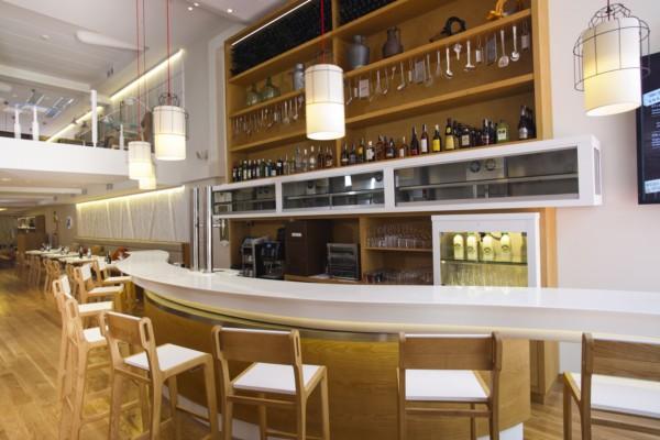 Gabriel corchero une quesos y dise o en el poncelet cheese bar de madrid - Estanterias para bares ...