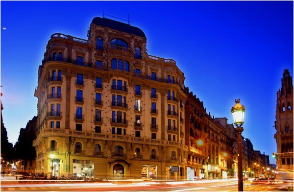 Ohla hotel fachadas con ojos que literalmente miran al for Hoteles en barcelona centro para familias