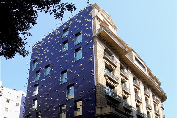 Ohla hotel fachadas con ojos que literalmente miran al for Ohla hotel barcelona