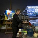 El pintor y diseñador Javier Mariscal en su estudio del Poble Nou en Barcelona. Foto en El País, de MARCEL.LI SÁENZ