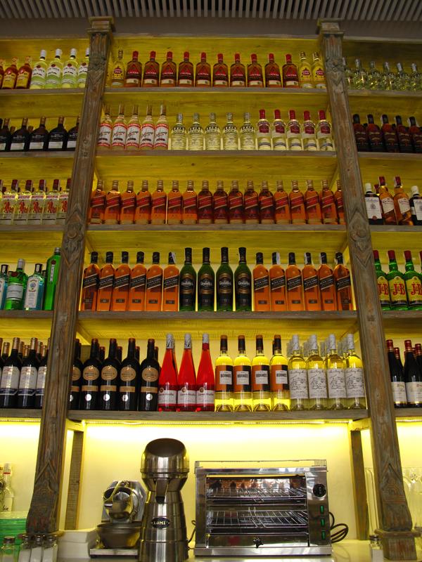 expositor botellas restaurante Lateral Castellana 42 en madrid