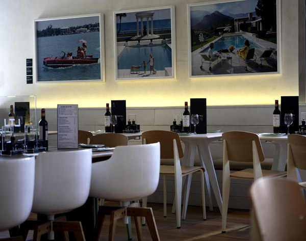 mesas Standard Chair de Jean Prouvé del restaurante lateral madrid