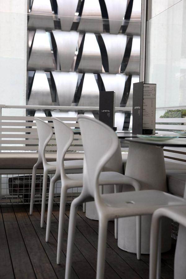 sillas en terraza Restaurante Lateral Castellana 42 en madrid