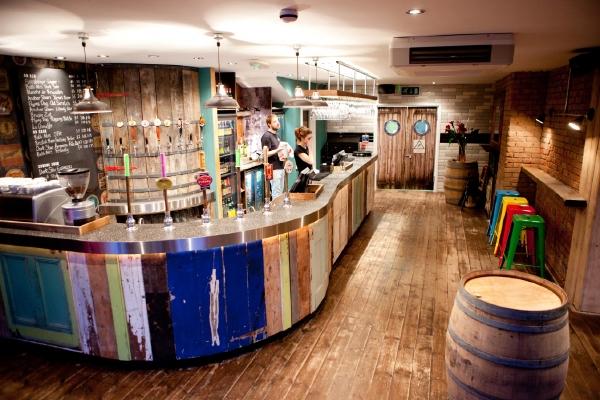 Nace beerd un joven templo cervecero con aire industrial for Bar con madera reciclada