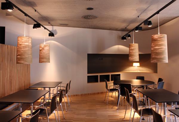 Delicados filtros de madera separan los diferentes for Mobiliario restaurante