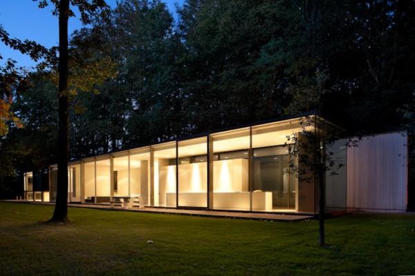 Villa roces en brujas b lgica una caja de vidrio en el for Casa minimalista bosque