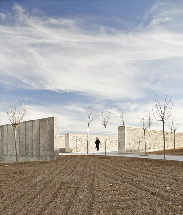 Un trazado de esculturales muros de hormig n define el - Arquitectura en zaragoza ...