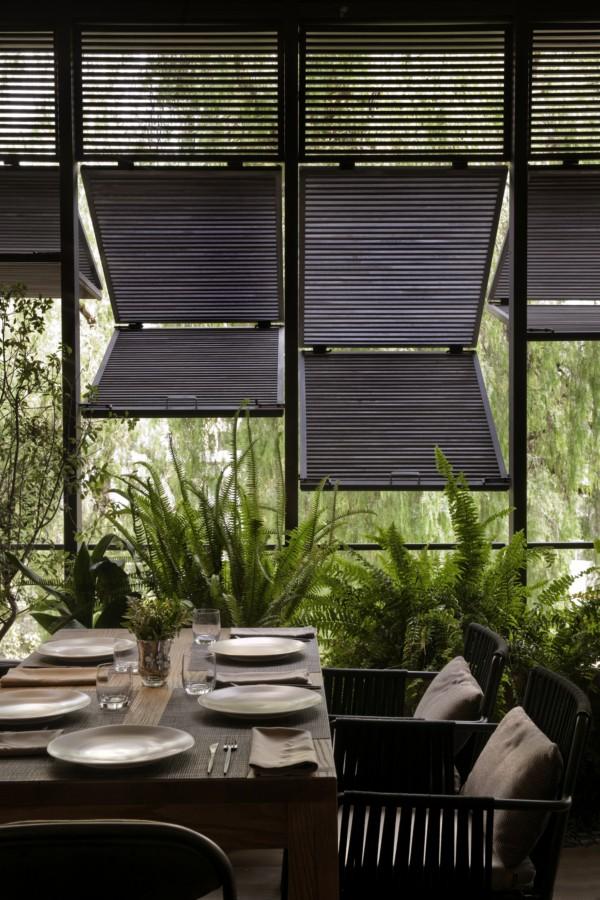 comedor estilo asiático - tropical con persianas de madera en ventana