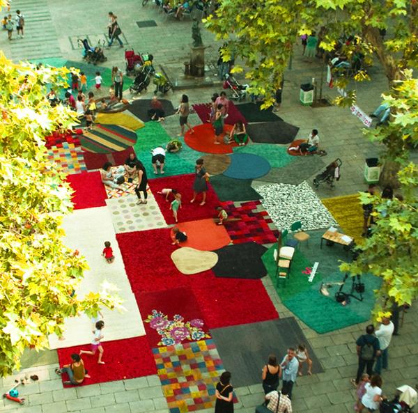 La plaza de la virreina en barcelona cubierta con las alfombras de nanimarquina - Alfombras en barcelona ...