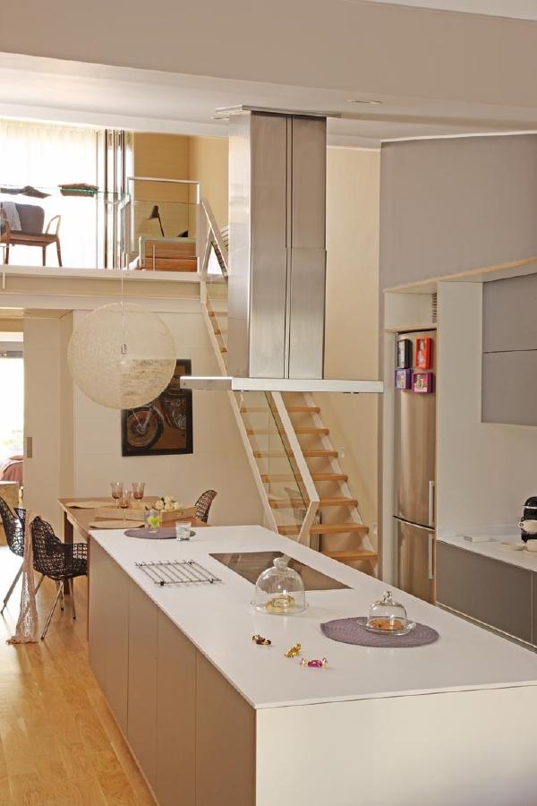 C mo reconvertir un loft di fano en una encantadora y for Cocina larga y angosta