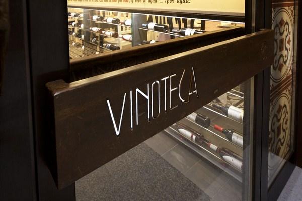 La vinoteca blas se renueva tendencia y tradici n - Diseno de vinotecas ...