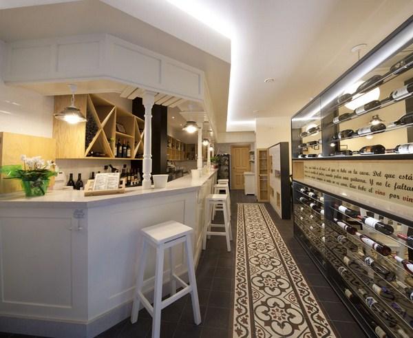 La vinoteca blas se renueva tendencia y tradici n - Botelleros para bares ...