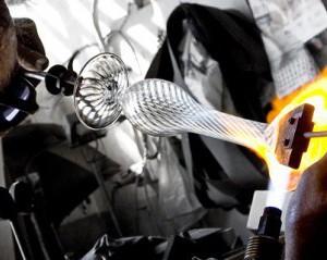 DRESSLIGHT BARCELONA-Eduardo Garuti dando forma a un pie de lámpara