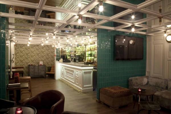 barra iluminadad del restaurante casa mono en madrid