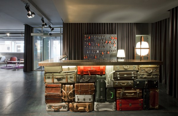 70 s barcelona is reborn in the chic basic hotel ramblas for Hotel chic decor