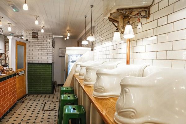 Baños Publicos Originales:Attendant Cafe London