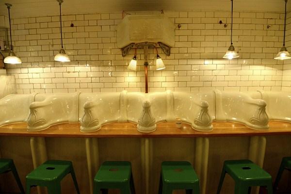 Baños Publicos Originales: en un bar take away lleno de carácter y características originales