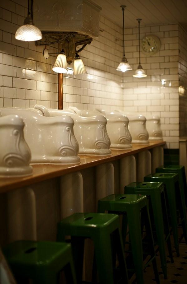 Baños Publicos Originales:La oficina del encargado de estos lavabos públicos, que se completaba