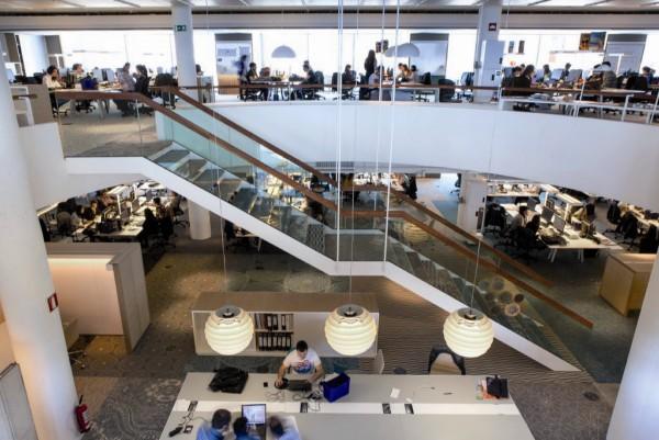 El interior amigable echamos un vistazo a la nueva sede for Desigual oficinas barcelona