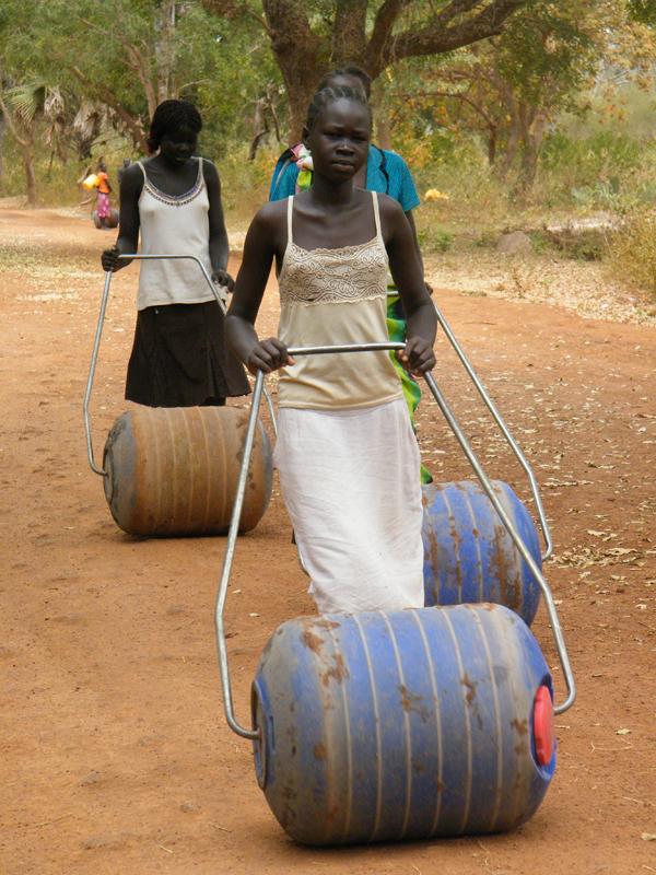 l-hippo-roller-permet-transportar-en-un-sol-cop-90-litres-d-aigua-amb-un-esforc-minim-dos-sud-africans-pettie-petzer-i-joha