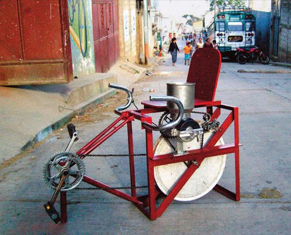les-bicimaquines-es-construeixen-amb-bicicletes-reciclades-i-no-necessiten-electricitat-per-funcionar-nomes-cal-posar-se-a-p
