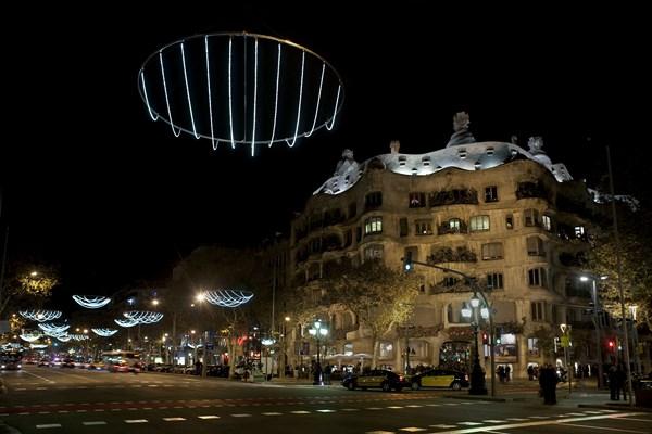 Un juego de catenarias de Emiliana Design protagonista de la iluminación navideña del Passeig de Gracia