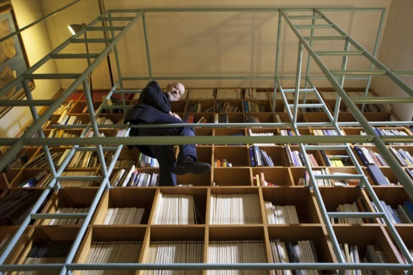 Mario Bellini en su librería-escalera.