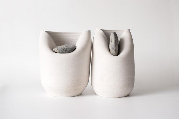 2 jarrones con piedras azua