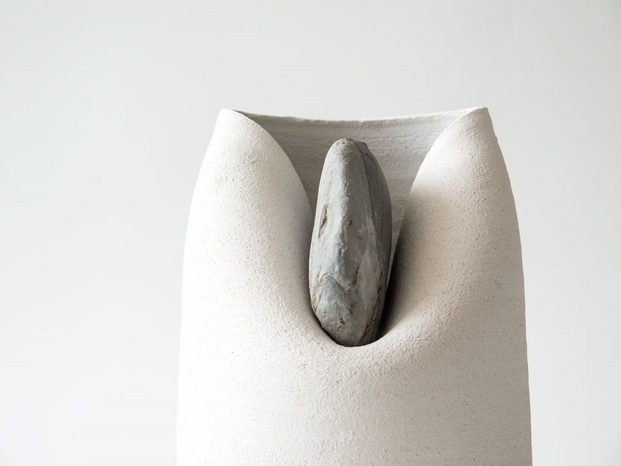 4 jarrones con piedras azua