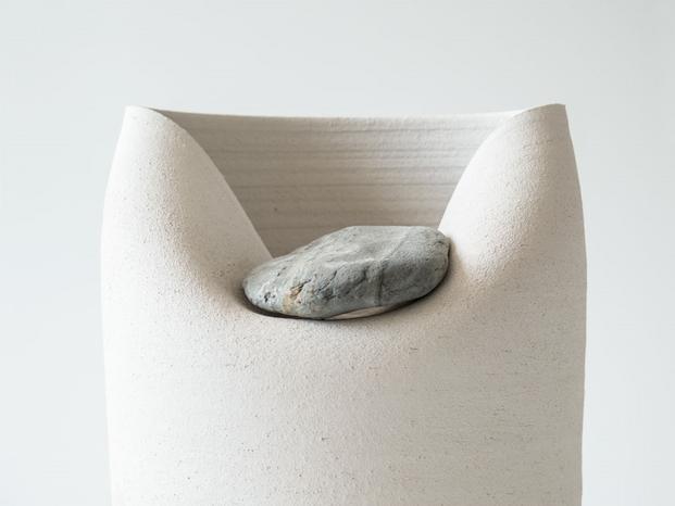 5 jarrones con piedras azua