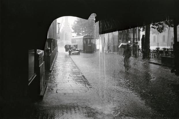 Autor desconocido, ca. 1930. Las Ramblas, a la altura de la tienda de L. Roisin, un día de lluvia. © Institut d'Estudis Fotogràfics de Catalunya (IEFC)
