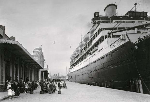 Autor desconocido, ca. 1920. Transatlántico atracado en el puerto de Barcelona. © Institut d'Estudis Fotogràfics de Catalunya (IEFC)
