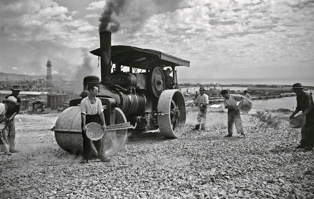 Leonardo Plasencia Pons, 1940/1950. Apisonadora trabajando en los jardines de Montjuïc. © Leonardo Plasencia Pons y Colección Institut d'Estudis Fotogràfics de Catalunya (IEFC)