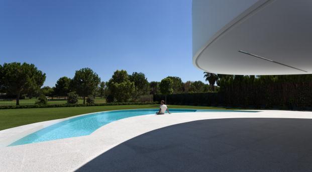 piscina Casa Balint de Fran Silvestre color blanco en diariodesign